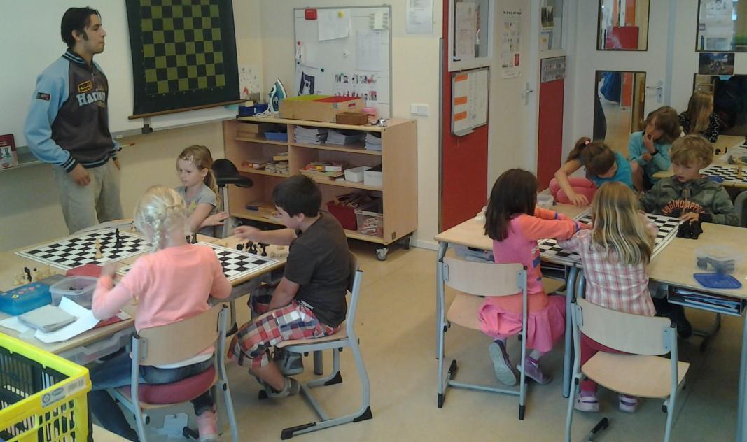 Baarnse schaakvereniging geeft de Uitkijck een schaakvermakelijke les!