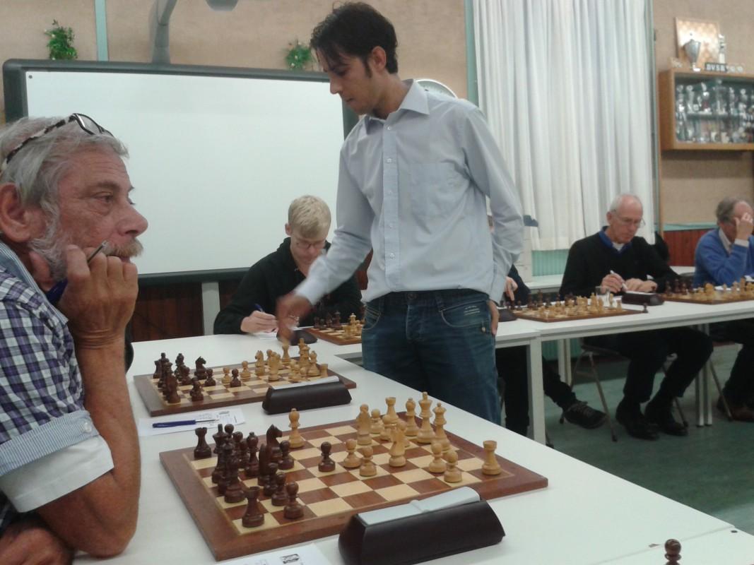 Simultaan begin schaken jeugd en volwassenen