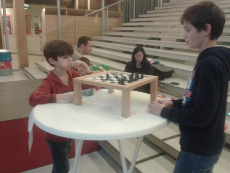 Hessel en Ivar schaken in de pauze op een omdraaibord