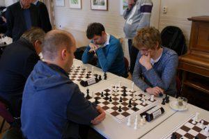 Jochem Woestenburg (vooraan) verraste door Ewoud de Groote te verslaan in de eerste ronde.