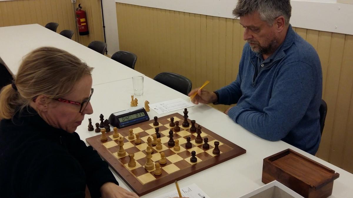 Wit heeft het moeilijk bij Baarnse schakers
