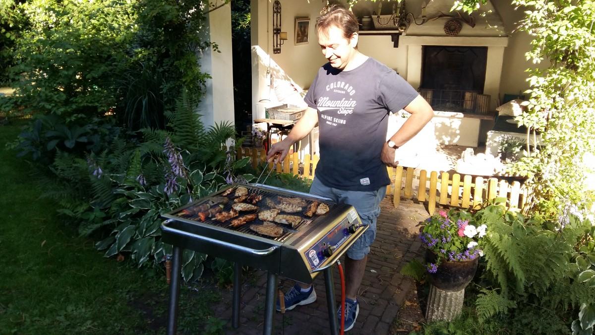 Tuinschaakbarbecue weer groot feest