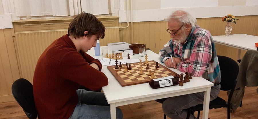 Goed bezochte schaakavond eindigt in zinderend tijdnoodduel